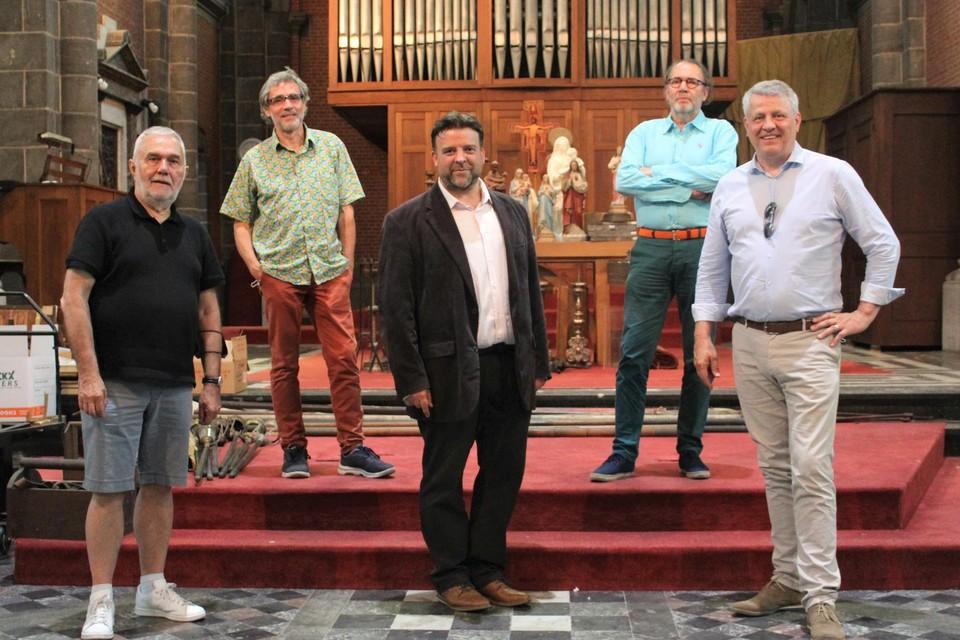 Eric Stroobants (links) van de Kerkfabriek, Marc Van Camp en Henk Van Nieuwenhove (achteraan) van vzw Het Paradijs en schepenen Björn Siffer en Koen Anciaux in de Heilig Hartkerk.