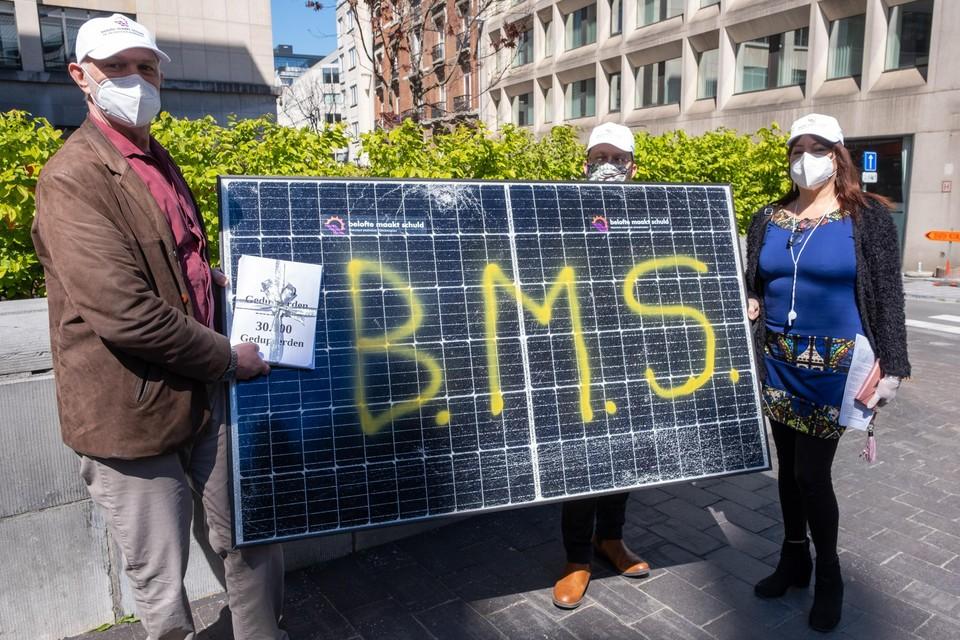 """""""Belofte Maakt Schuld"""", met die boodschap stapte onder meer Essenaar Marc Lemmens naar het Vlaams Parlement om politici te wijzen op hun geknoei met de zonnepanelen."""
