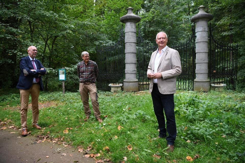 Luk Lemmens, 'baas' van Monumentenwacht, samen met John Maes en Walter Rycquart van Natuurpunt bij de recent gerestaureerde rococopoort van domein Zevenbergen in Ranst.