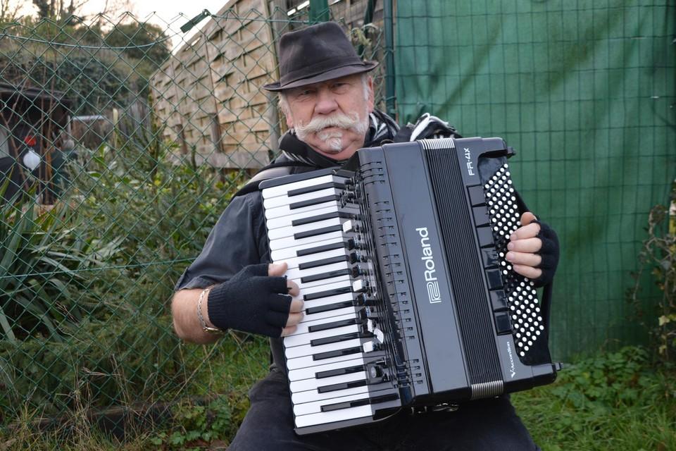 Eddy Van den Reeck met zijn accordeon.