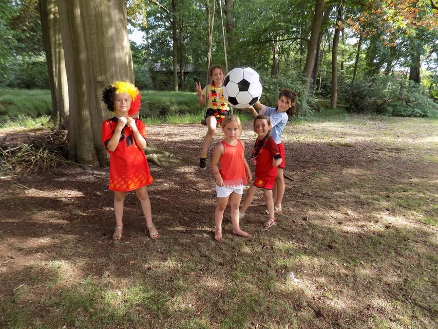 Enkele kinderen uitgedost in de Belgische driekleur zijn helemaal in de stemming.