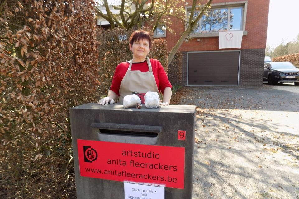 Kunstenares Anita Fleerackers uit Gierle legt klei op haar brievenbus om de mensen aan te sporen om te boetseren.