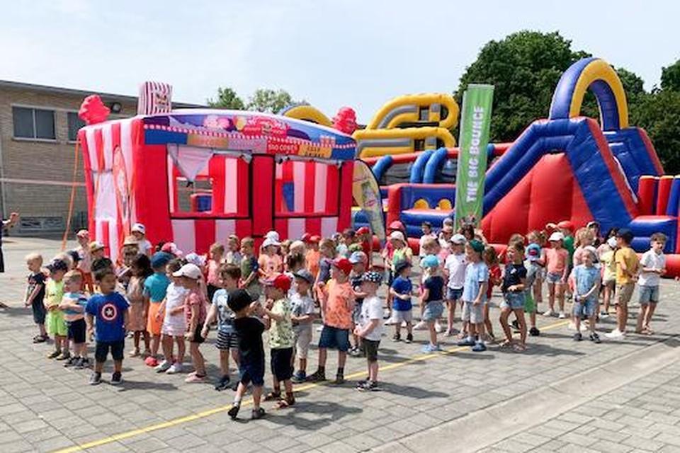 Zo'n driehonderd leerlingen van vrije basisschool Itegem leefden zich dinsdagnamiddag uit tijdens The Big Bounce op de speelplaats.