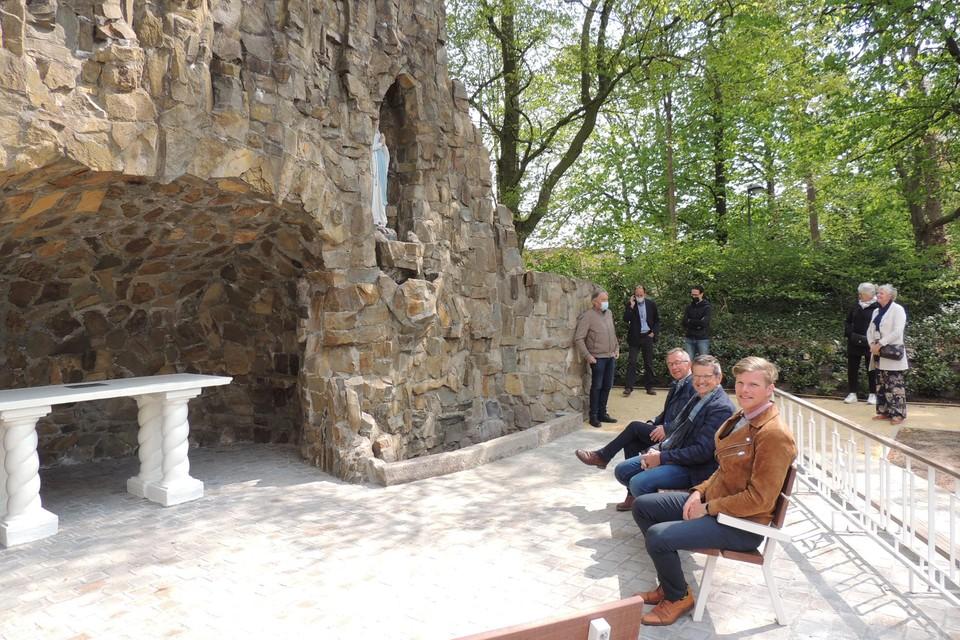 Kris Van Looveren (gemeente) en Marc Bernaerts en Ludo Van den Bergh (Kerkfabriek) op de zitbanken voor de grot
