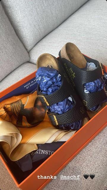 De Birkenstocks zijn gemaakt uit oude Birkin-handtassen.