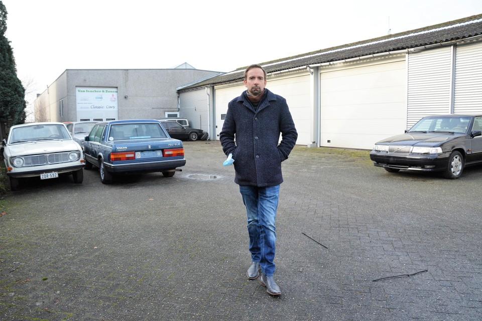 Gert Verhaert bij de garages en opslagplaatsen die worden omgetoverd tot de grote aula van het uitvaartcentrum.