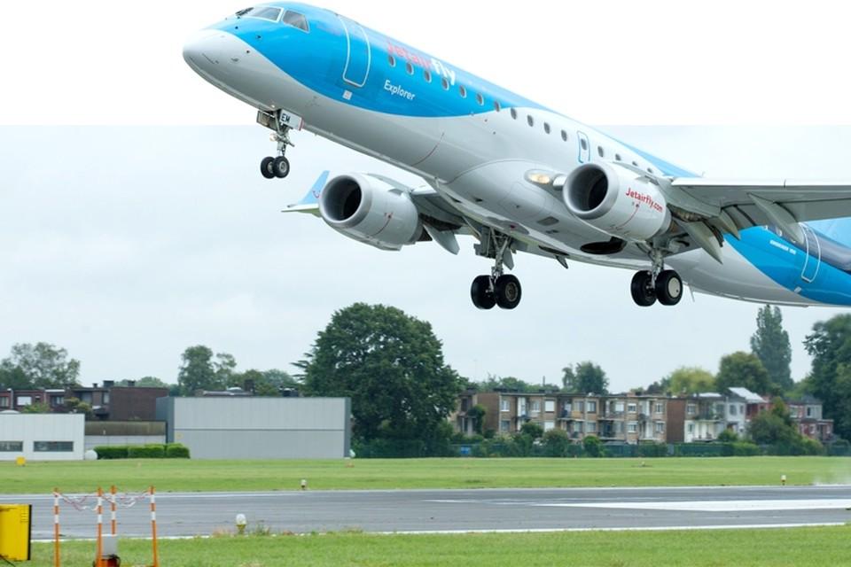 Een B-737 van JetairFly landt op Deurne. Door 40 meter verder te starten zouden de toestellen boven Berchem al een pak hoger zitten en dus minder hinderen. Maar dat vergt 165 hectare natuurcompensaties.