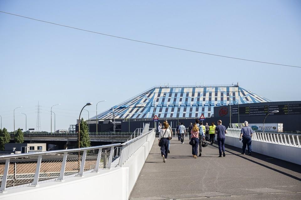 De passerelle die Spoor Oost met het Sportpaleis verbindt opent vandaag officieel. Voetgangers kunnen voortaan van Spoor Oost over de Schijnpoortweg naar het Sportpaleis zonder maar één stoplicht te moeten passeren.
