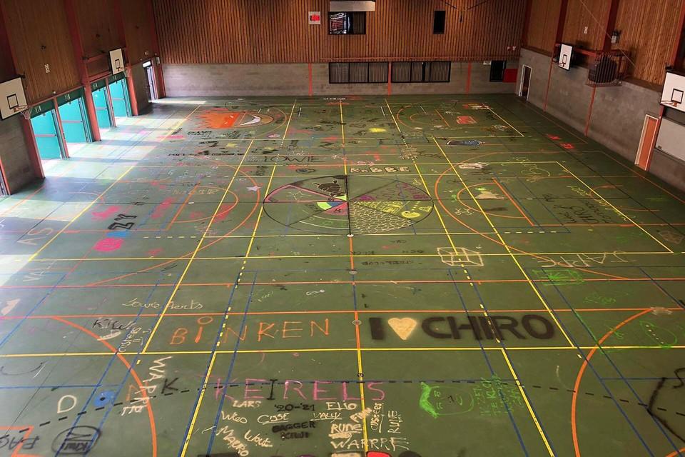 Vlak voordat de vloer werd uitgebroken, mochten de Chirogroepen zich uitleven om het beton te versieren of te bekladden met graffiti.