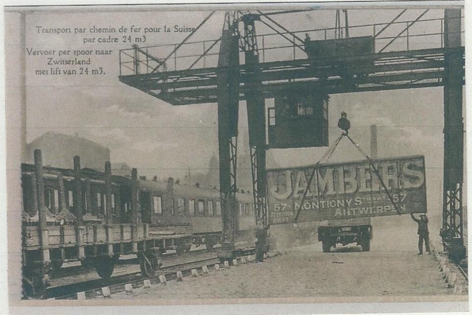 Een container van het verhuisbedrijf Jambers wordt op een trein naar Zwitserland gehesen. De foto is vermoedelijk in de jaren twintig van de vorige eeuw genomen.