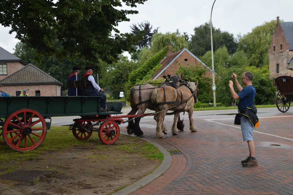 Wandelaars van de Kastelentocht trekken foto's.