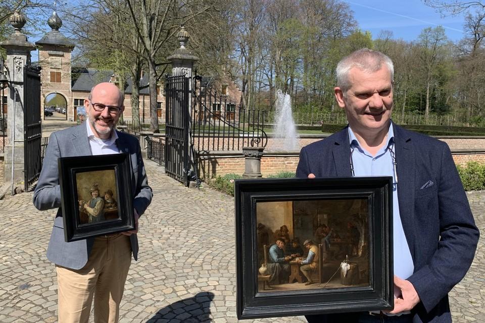 Fier tonen de Ekerse districtsburgemeester Koen Palinckx en restaurateur Bart Keutgens de werken van David Teniers de Jonge.