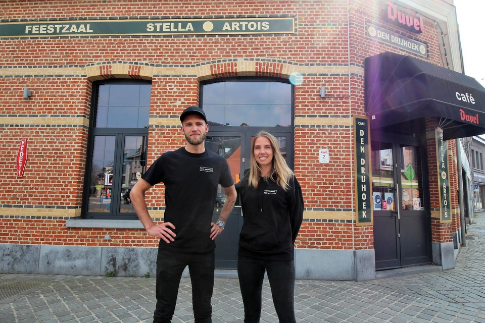 Gert en Julie voor hun café Den Drijhoek.