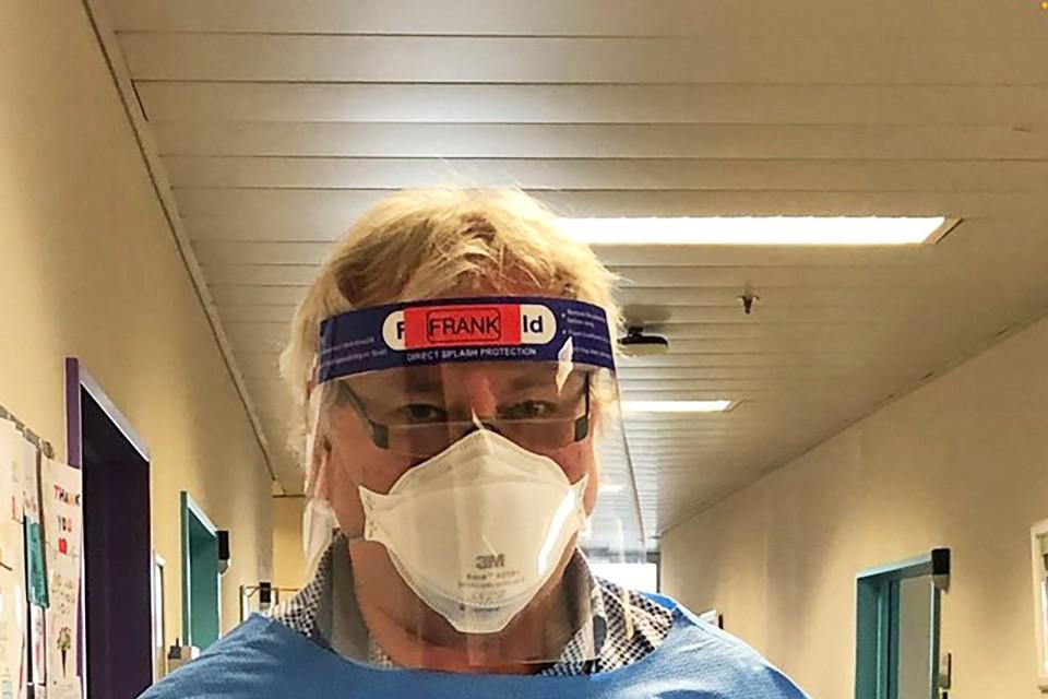 Burgemeester Frank Gys in 'battledress' klaar om te helpen in het Middelheimziekenhuis.
