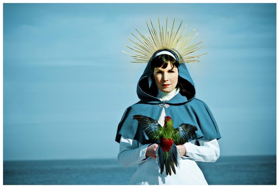 """Mira als de heilige Maria ofte Holy Mira. """"Ik denk niet dat je met zoiets nog kan choqueren. Voor mij is dat beeld zowel een ode aan de Mariafiguur als een kritiek op de Mariacultus."""""""