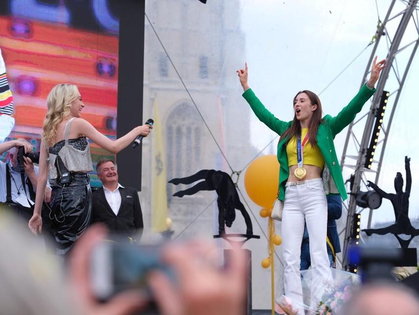 Vriendin en zangeres Camille kon Nina verleiden tot een dansje op het podium.