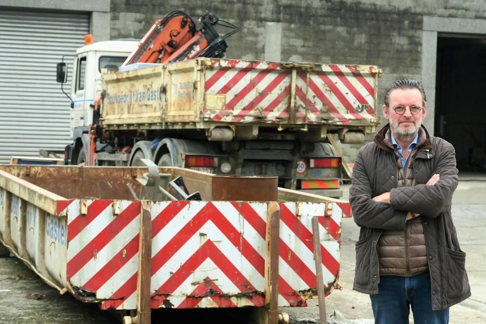 Luc Van Gastel voor de werkhuizen van het bouwbedrijf, nog even aan de Sluizenstraat in Schoten.