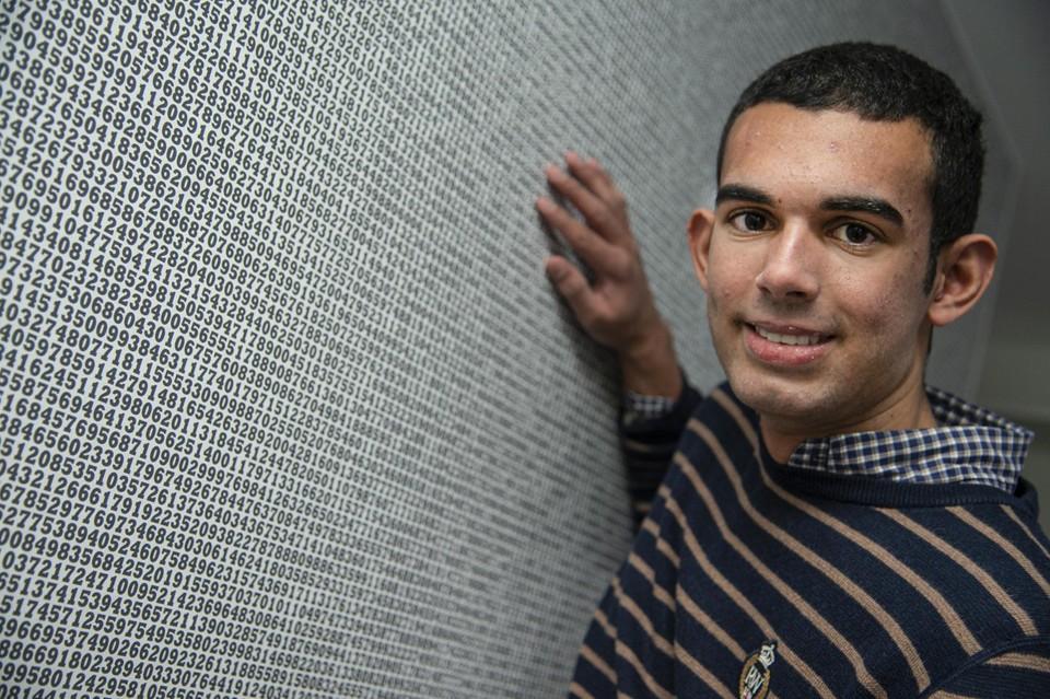Maxime Le Grelle toont een muur in zijn slaapkamer met daarop 70.000 cijfers van het getal pi.