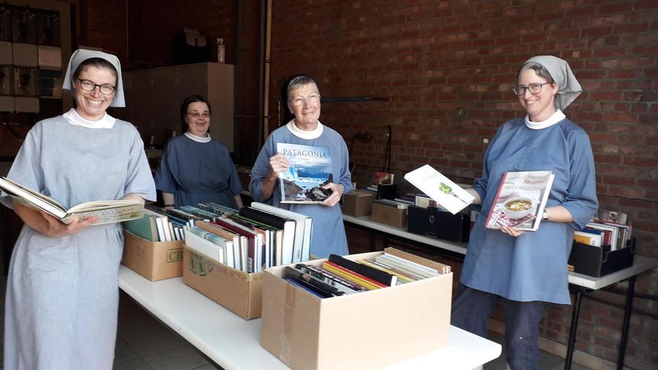 De zusters hebben ook een ruim aanbod aan tweedehands boeken te koop.