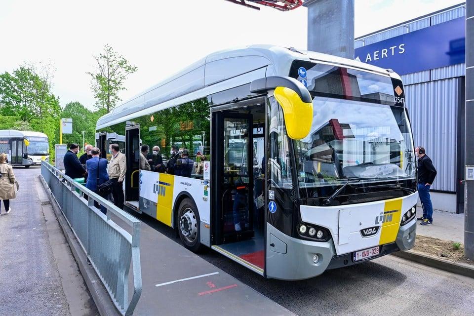 De eerste elektrische bussen van lijn 17 rijden van het UZA naar de Brouwersvliet. De bestuurders moeten hun bus opladen aan het UZA.
