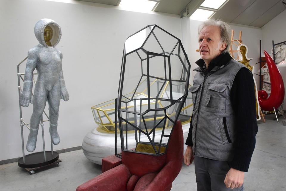 Luk Van Soom bij zijn nieuwste kunstwerk, . Links zweeft .