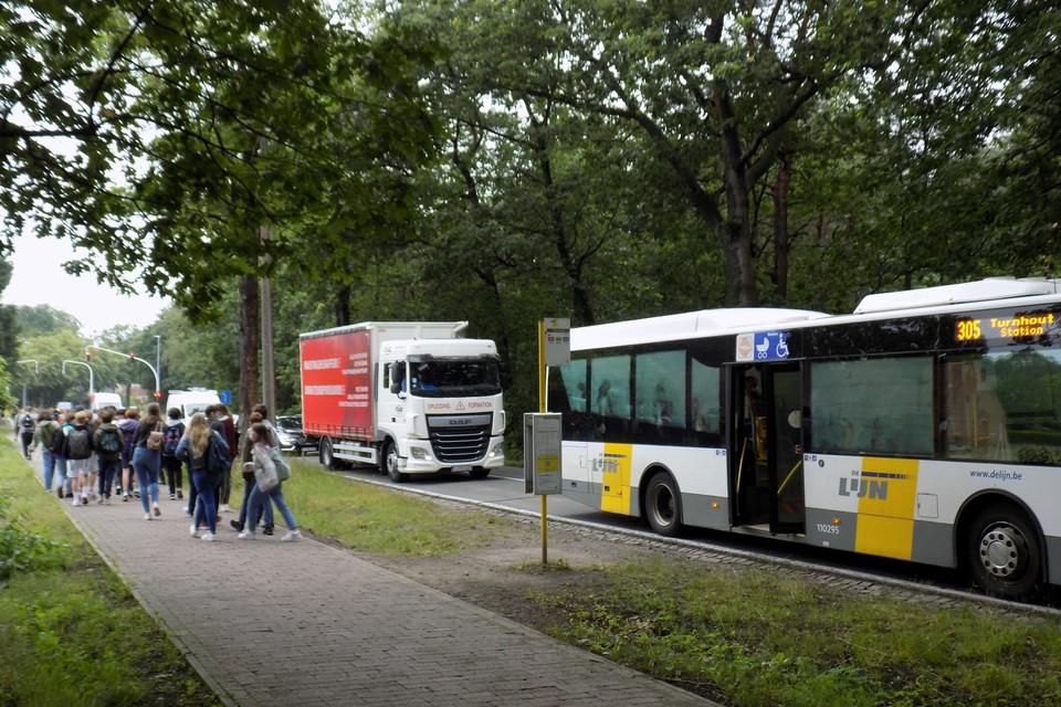Busreizigers voor Bobbejaanland krijgen op de Herentalsesteenweg in Lichtaart nieuwe, comfortabele opstapplaatsen. De huidige opstapplaatsen vlak bij het kruispunt met de Olensteenweg zijn te onveilig.