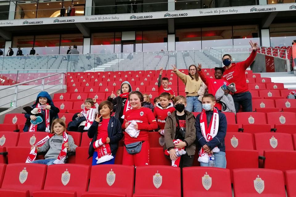 De spelers van Hove Sport in de tribune van de Bosuil.