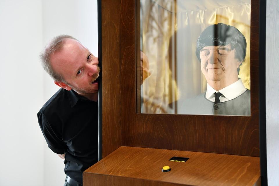 Dennis Tyfus met de Beatles-jukebox en het portret van zijn vader als Paul McCartney.