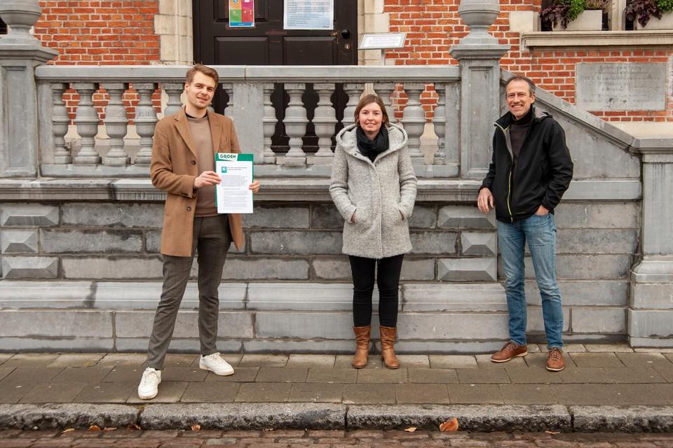 Brend Van Ransbeeck, Marlies Naets en Koen Kerremans van Groen met de nota aan het gemeentehuis.