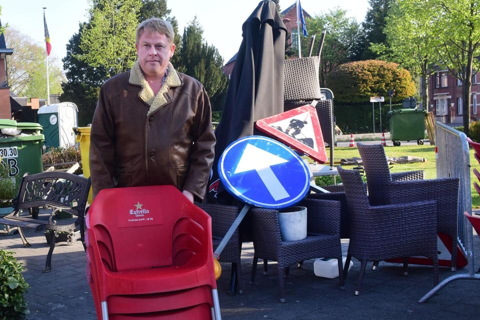 """Cafébaas Wim Breugelmans: """"Mijn terras stond al klaar voor de heropening. Nu moet ik het meubilair weer op de juiste plaats zetten."""""""