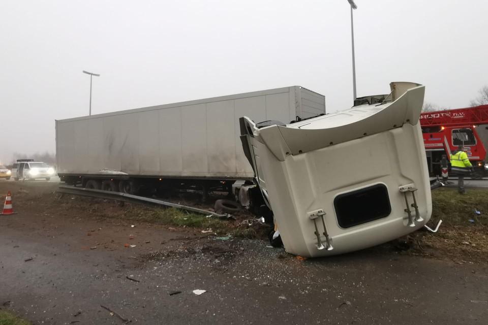 Bij het eerste ongeval raakte een Nederlandse vrachtwagen van de weg. De stuurcabine klapte naar voren, de chauffeur werd met levensbedreigende verwondingen naar het ziekenhuis overgebracht.
