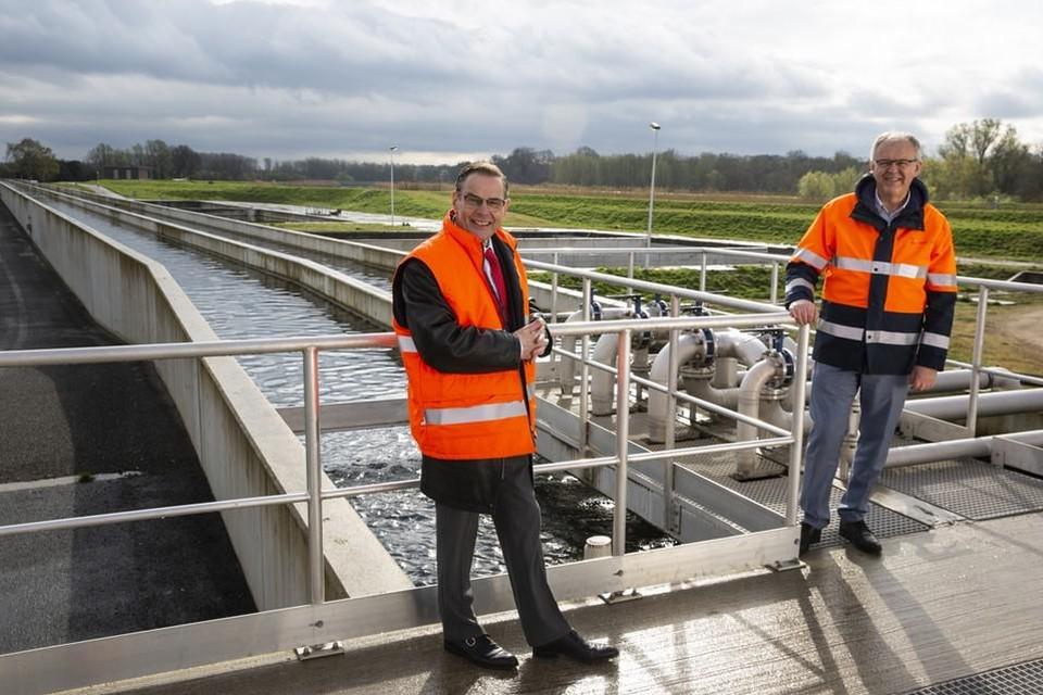 Voorzitter van Water-Link André Gantman en ingenieur Johan Cornelis in het productiecentrum van Water-Link.