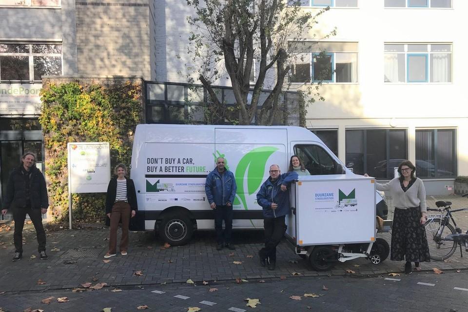 Een elektrische bestelwagen parkeert aan De Lindepoort. Daar nemen fietskoeriers het over.