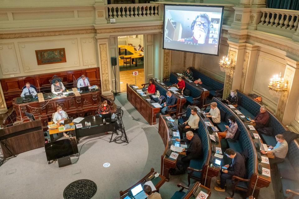 De gemeenteraadsleden debatteren over Moretusburg