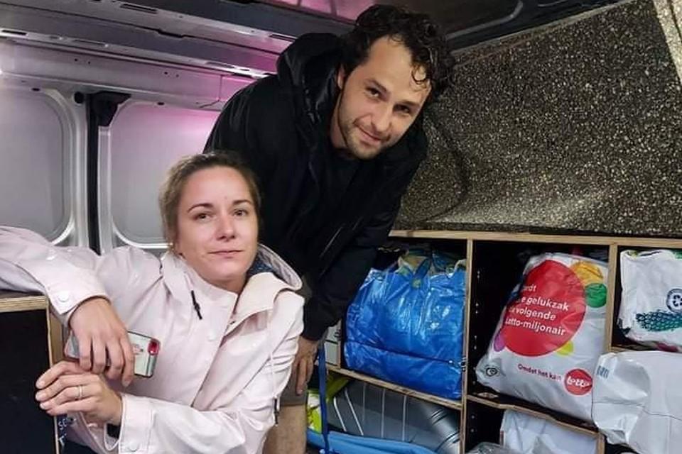 Alexandru Mînzat en zijn vrouw Katrin laden de bestelwagen in om hulpgoederen richting Verviers te brengen.