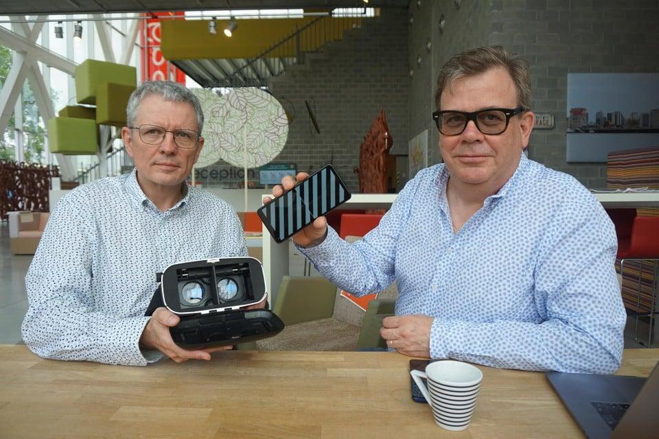 Een VR-bril, een smartphone en de software die Jan van Riel en Michiel Carpentier ontwikkelden, meer is er niet nodig om je van zeebenen te verlossen.