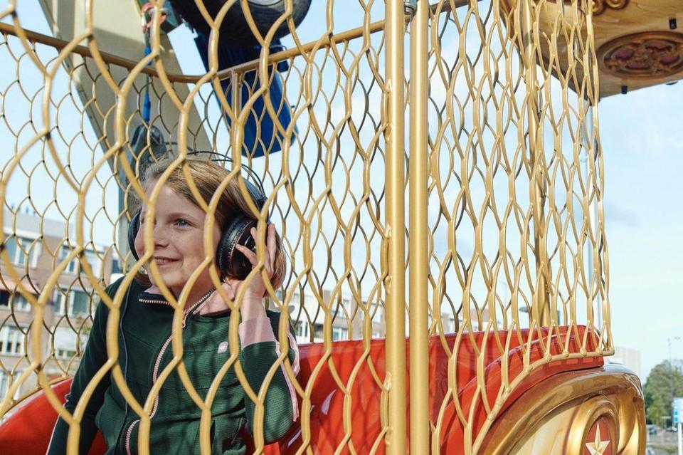 In het reuzenrad van Schippers & Van Gucht aan de Godefriduskaai beleef je een verhaal met een koptelefoon en verrekijker.
