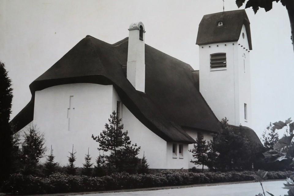 De eerste versie van de Witte Kerk met strodak, die in 1970 afbrandde.