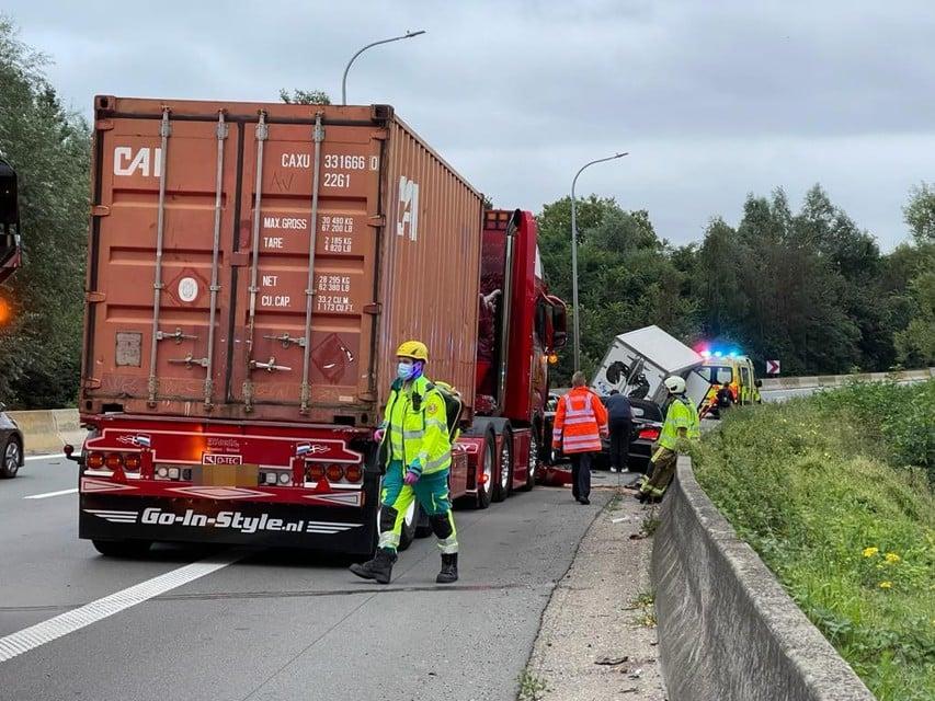 Een vrachtwagen met Nederlandse nummerplaat kon de aanrijding ook niet vermijden.