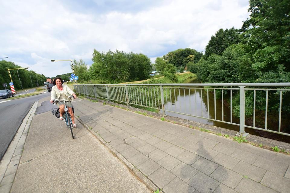 De Olympiadelaan in Herentals met daaronder de Kleine Nete.