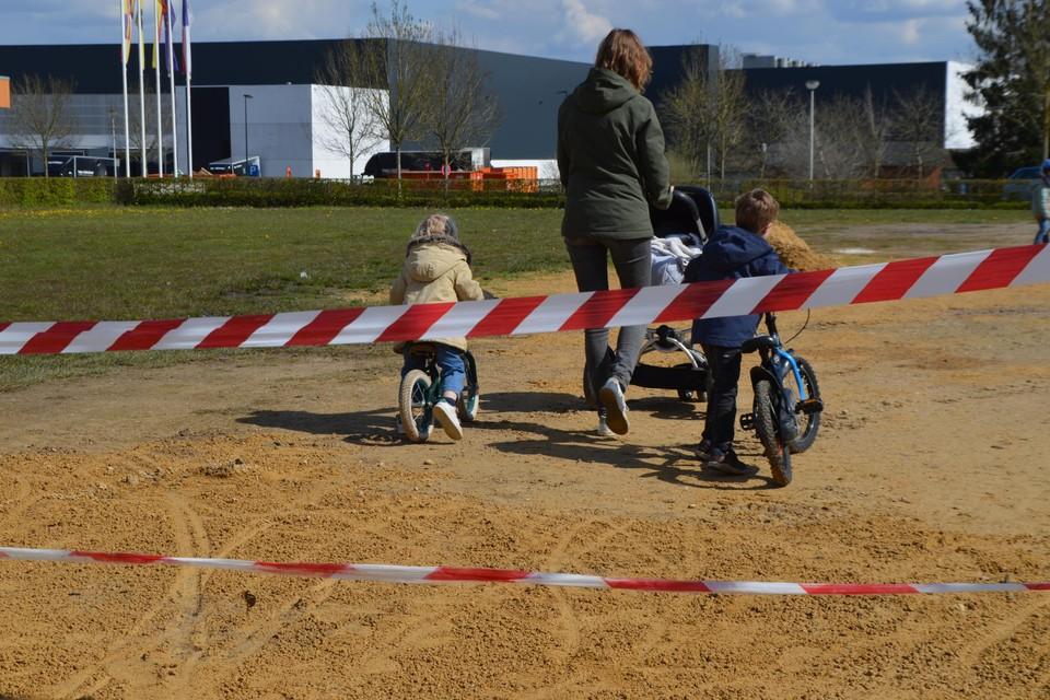 Pech voor deze kindjes die door het onverantwoord gedrag van enkelingen niet op het BMX-terrein konden gaan oefenen.