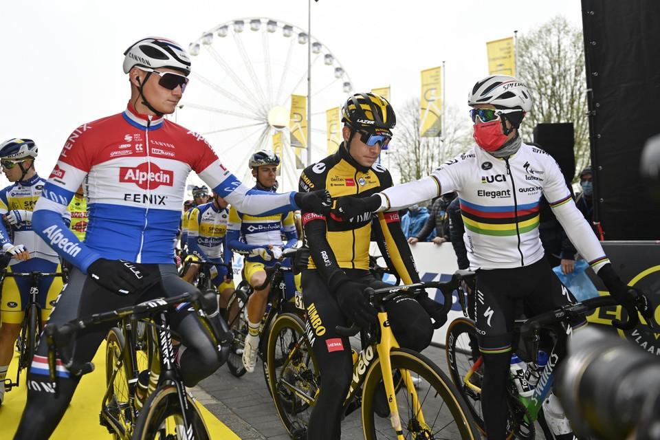 Mathieu van der Poel, Wout van Aert en Julian Alaphilippe aan de start in Antwerpen.