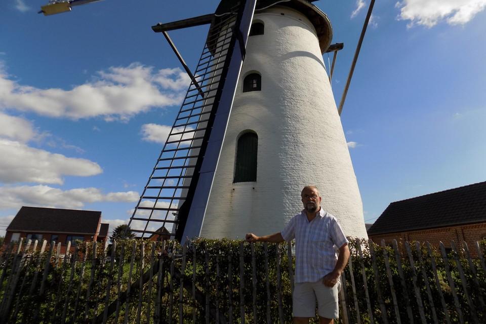 Molenaar Gust Smits staat bij de windmolen In Stormen Sterk in het centrum van Gierle. De molen krijgt een bijgebouw met een authentieke bakoven.