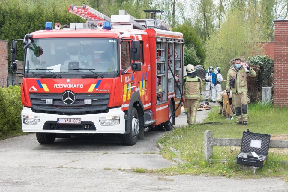 Brandweermannen en politiemensen drongen het drugslab binnen met persluchttoestellen omdat er mogelijk chemische dampen binnen hingen.