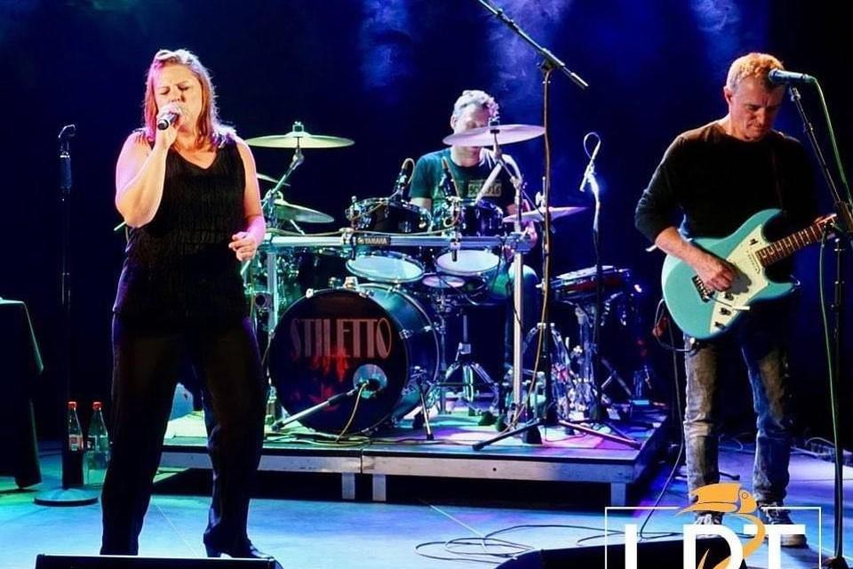 Coverband Stiletto staat op het podium van La Plasa Tropical.