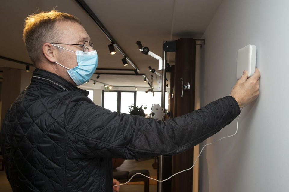 Roger Van Uden ontfermt zich over de installatie van de luchtmeter.