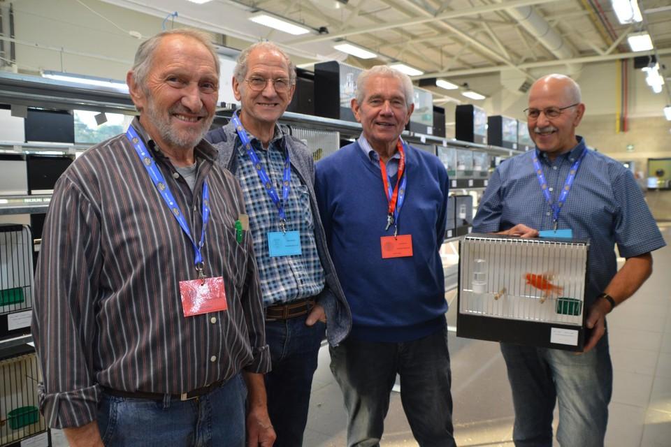 Lesly Piqueur (links) van de speciaalclub met achter hem kleurkanariekwekers Gust, John en Jos.