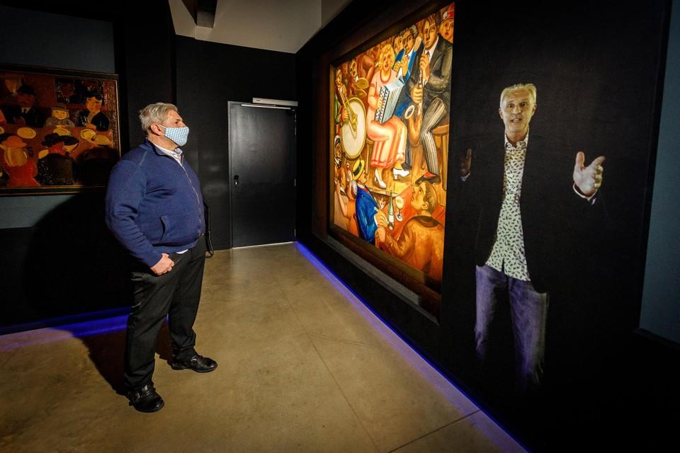 De projectie van Mark Uytterhoeven geeft duiding bij een van de tentoongestelde schilderijen.