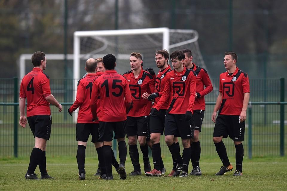 De spelers van SK Wilrijk-JAS afgelopen seizoen in actie. Komend seizoen zullen ze onder de naam KVC Wilrijk opnieuw in de traditionele goudgele-azuurblauwe kleuren te bewonderen zijn.