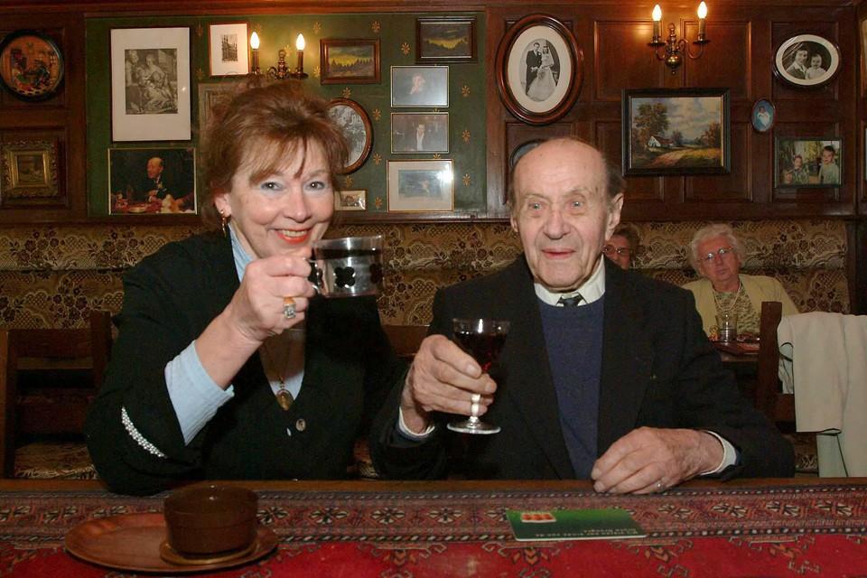 Pim van der Laan (links) met haar oudste klant Jos De Kort, die 106 werd.